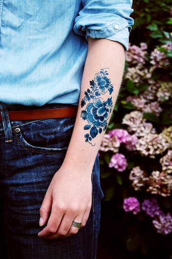 Pretty Large floral vintage Dutch 'Delfts Blauw' temporary tattoo by Tattoorary on Etsy #tattoo