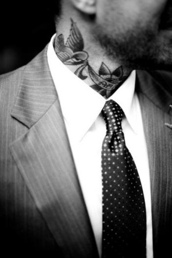 No todos los trajes son buenos ni todos los tatuajes son malos.