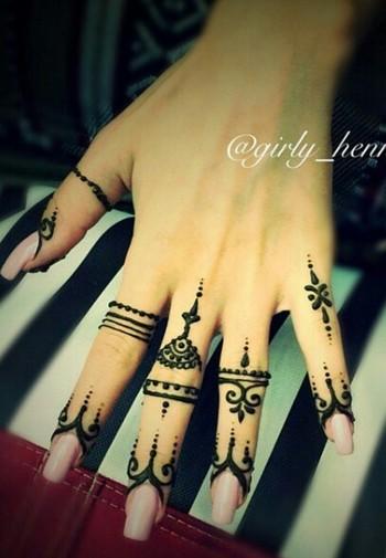 Simple finger henna