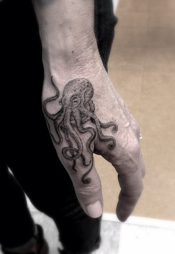 Sic tattoo! I'd want this but not on my hand, maybe around my ankle #diverlife