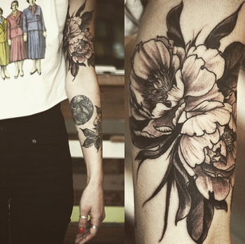 Les tattoos floraux d'Alice Carrier