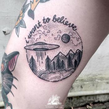 Pontilhismo e linhas fortes na pele por Tilldth Tattoo