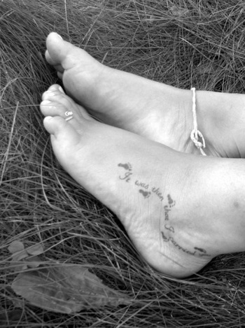 footprints in the sand tattoo on foot - Thinking this is pretty and i want it!