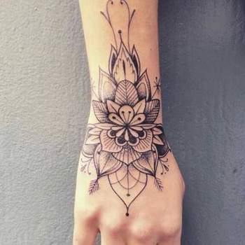Tatouage de Femme : Tatouage Fleur Noir et gris sur Poignet !