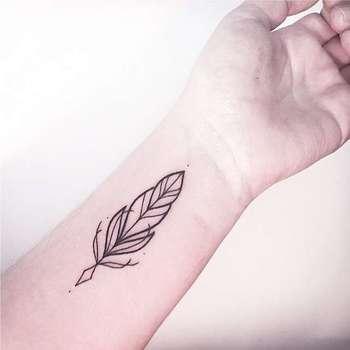 Tatuagens Femininas Linework Pena Tattoo Melina Wendlandt