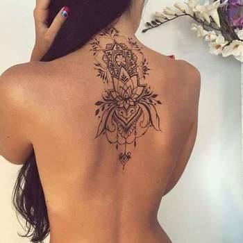 Tatouage de Femme : Tatouage Fleur de lotus Noir et gris sur Dos !