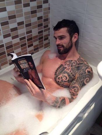 lexliftlove: shreddingtopanga: myverychains: northstarxman: Bath time Holy shit WHAT Does no one else