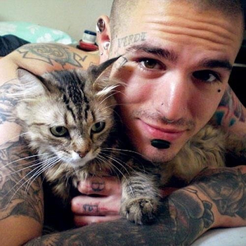 Hot tattooed guy with kitty = LOVE.