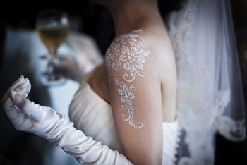 I think that's a beautiful idea for a wedding. White henna tattoo looks really elegant with a straple